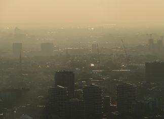 เมืองมหานครที่เต็มไปด้วยฝุ่นละอองขนาดเล็ก ลอยวนอยู่ในอากาศจนบดบังแสงอาทิตย์ยามเช้า